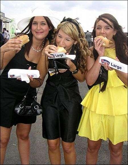girlseatinghotdogs76 - Julio mes de los Hot Dogs celébralo con estas fotos de Chicas comiendo perritos calientes